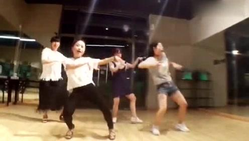 四位女老师的一段尴舞秀,画面太美不敢直视!