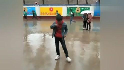 小男孩雨中激情鬼舞步,好像被人注意了