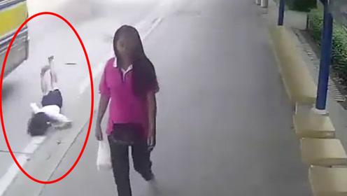 女子跳巴士直接脸着地,下一秒司机都懵了,估计需要重新整容了!