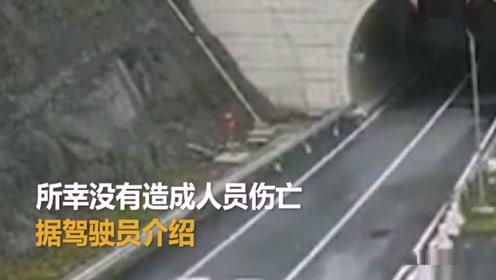 轿车高速撞护栏后连续旋转数圈 驾驶员:眨了眨眼