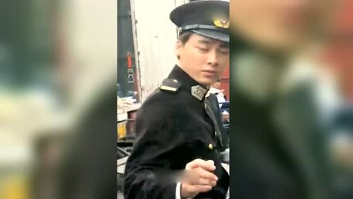 暖心爱豆!李易峰片场送探班粉丝花露水