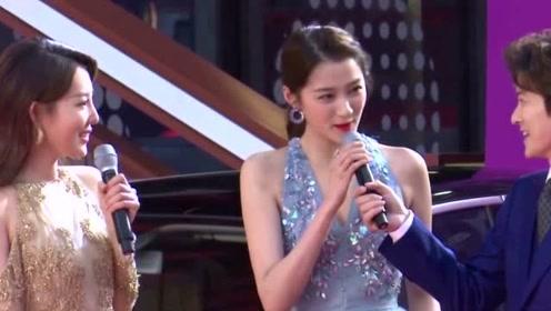 关晓彤蓝色一字领长裙现身 路人镜头下还多了一丝小女人气质