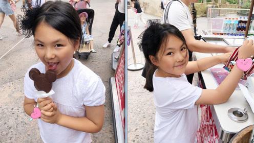 王诗龄放暑假游迪士尼 扎马尾吃冰淇淋十分可爱