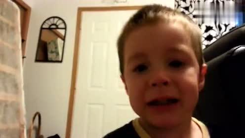 小男孩的耳朵被爸爸揪了一下,吓得他以为耳朵不见了