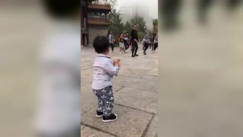 被广场舞所带动的小朋友,随着节奏扭动着身躯,哈哈