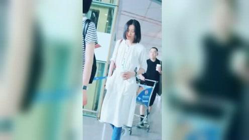 大表姐刘雯一身白裙现身机场 短发也仙气十足