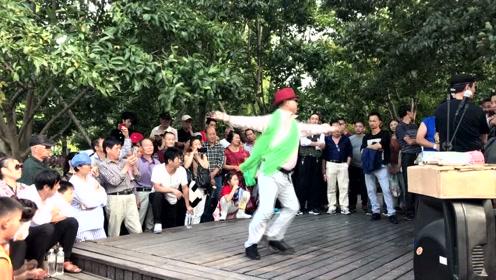 萌大叔公园舞蹈  诙谐搞笑乐坏游客