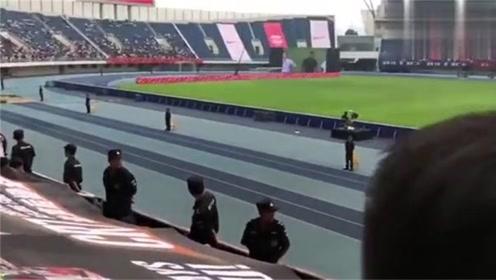 被帅哭! 中国的C罗球迷为总裁备惊喜: 大型CR7条幅现奥体中心!