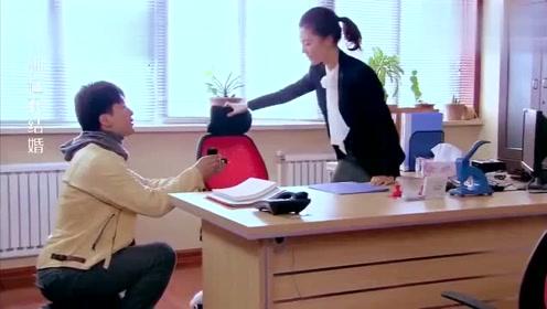 男子到离婚办事处求婚,结果求婚对象走了,同事把钻石戒指抢走
