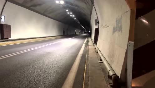 男子夜间驾驶摩托,直接在隧道里飙车,这速度得有150迈!