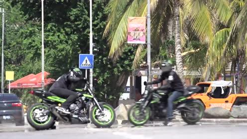 """开着""""三缸霸主""""在道路上展示各种特技"""