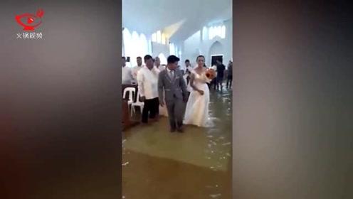 菲律宾多地暴雨洪灾 一对夫妇无所畏惧在洪水中结婚