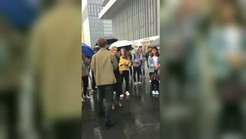 """富二代驾豪车向外国女孩求婚被拒 大喊""""我有钱""""反被怼"""