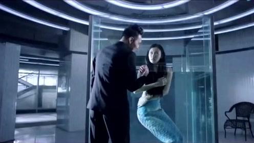 美人鱼被放到浴缸里供人展览,男子想要做什么?