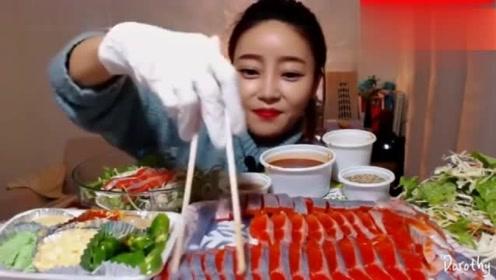 韩国吃播:dorothy欧尼狂吃金枪鱼刺身,一口一块超级豪放了!
