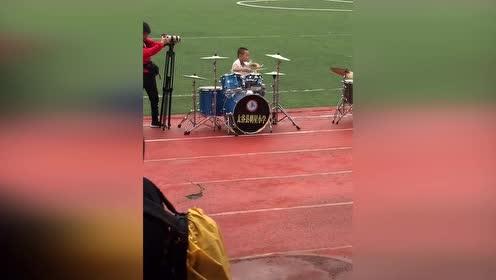 小学生架子鼓表演《逆战》实在太有范儿!