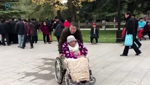 59岁儿子带90岁老妈在广场看风景 并给讲看到的事物