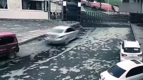 新手司机错将油门当刹车撞开母校大门