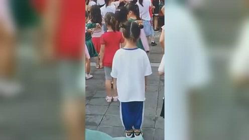 闺女啊,你绝对是你们幼儿园的佼佼者,这舞蹈真是无人能敌啊!