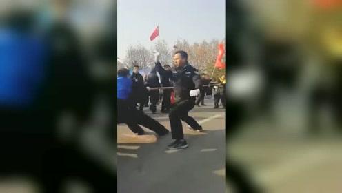 公安局举办拔河比赛 民警指挥拔河比赛走红网络