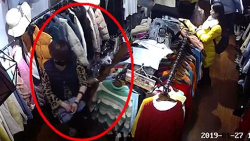 女子戴着口罩进店偷衣物 手法娴熟一气呵成
