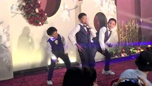 """这""""三小只""""在老师的婚礼上大秀舞技!现场欢呼声不断!C位男生有范!"""