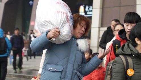 实访武汉火车站春运旅客,那些回家礼物背后的故事,看完泪流满面