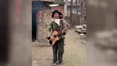 农村小伙儿一个人就能撑起一个乐队,唱出沧桑和辛酸!