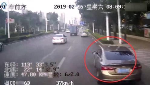 男子驾车插队后猛踩刹车 公交车急停两乘客摔倒受伤