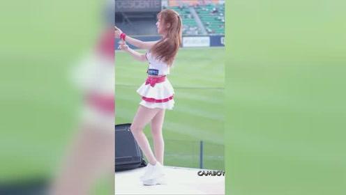 甜美白皙的长腿啦啦队热舞,瞬间成为球场的焦点