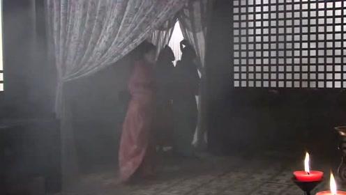 刚进宫的新人看见皇上的新欢正在沐浴,接下来的一幕可把人吓坏了