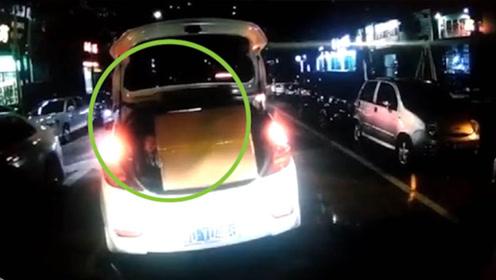 小车后备箱里竟然载着一名小孩   网友:家长心真大!