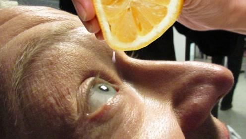 """老外""""作死"""",把柠檬汁滴到眼睛里面,下一秒意外发生了!"""