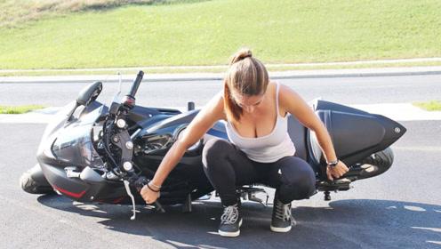 重机摩托车一旦摔倒,扶起来有多难?看美女的反应就知道了!