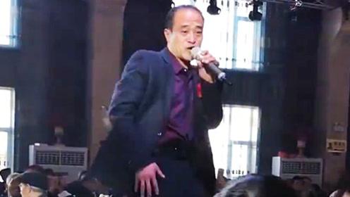 儿子结婚老爸上台唱歌,一首《好姑娘》唱嗨了!