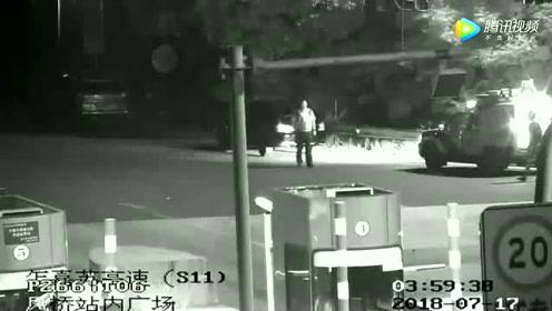 男子酒驾无证驾车送朋友车在高速上抛锚推车被查