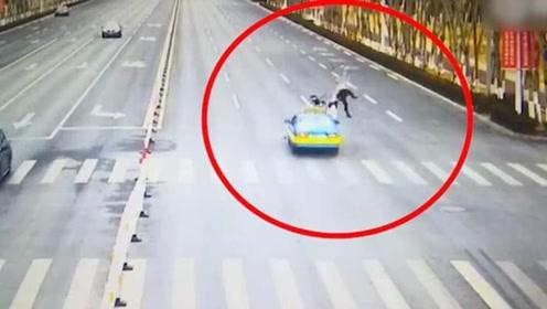 银川一对母女骑车过马路瞬间被出租车撞飞 谁的责任?