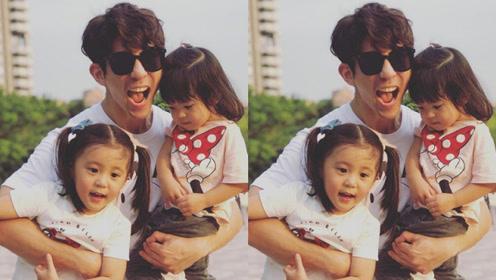 修杰楷带俩女儿去公园玩耍 咘咘Bo妞拥抱爸爸很温馨