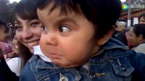 爸爸带宝宝来看大场面,接下来宝宝的反应,周围的人都笑出了声!