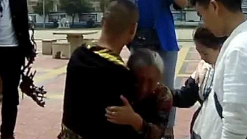 男子被远房姨妈拐卖32年,母子相见抱头痛哭