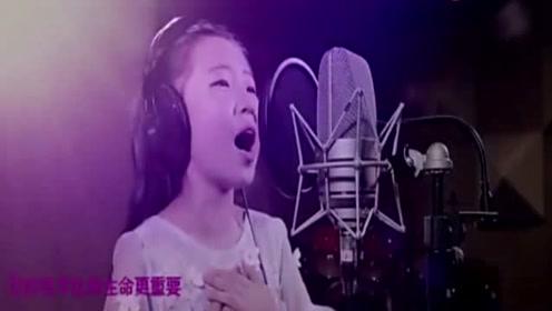 小女孩献唱一首《红旗飘飘》你是我的骄傲,我为你自豪!