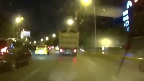 """小轿车上演""""速度与激情"""",各种超车躲闪,下一秒意外就发生了"""
