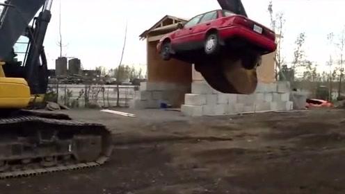 别跟开挖掘机的司机过不去,不然就跟这辆丰田车一样!