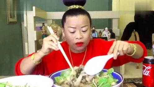 泰国吃播:大姐又来吃东西了,这发型看起来真高!