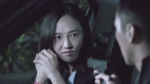 警官逼迫男子,男子却不知道为何,反手抢工具指向美女