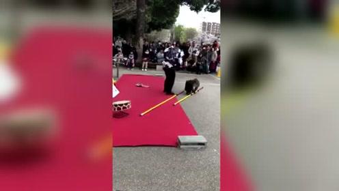 日本街头艺人耍猴表演
