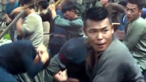 爆炸声过后,男子带领乡亲们杀出来,与恶势力做斗争