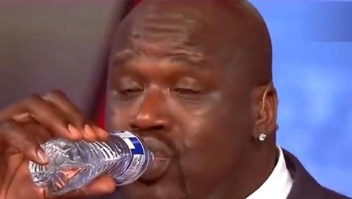 奥尼尔体格有多大?愣是把矿泉水喝出口服液的感觉,太逗了