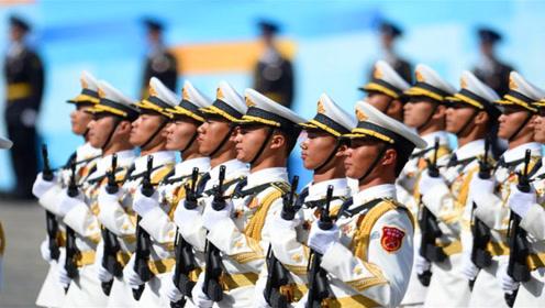 太燃了!中国解放军现身国外,整齐步伐阅兵,引发全场尖叫