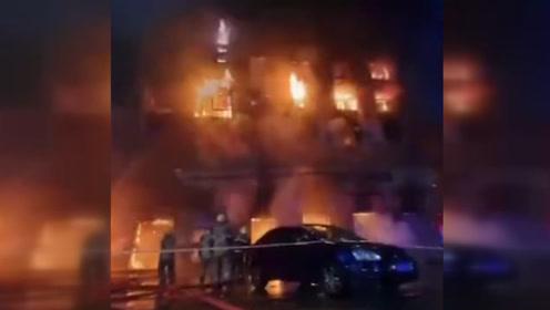 萧山一厂房着火现场火势较大 消防部门出动15辆消防车救援